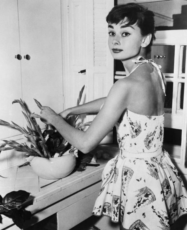 lejos-de-su-imagen-de-icono-de-la-moda-audrey-hepburn-era-una-mujer-muy-hogarena-corbis